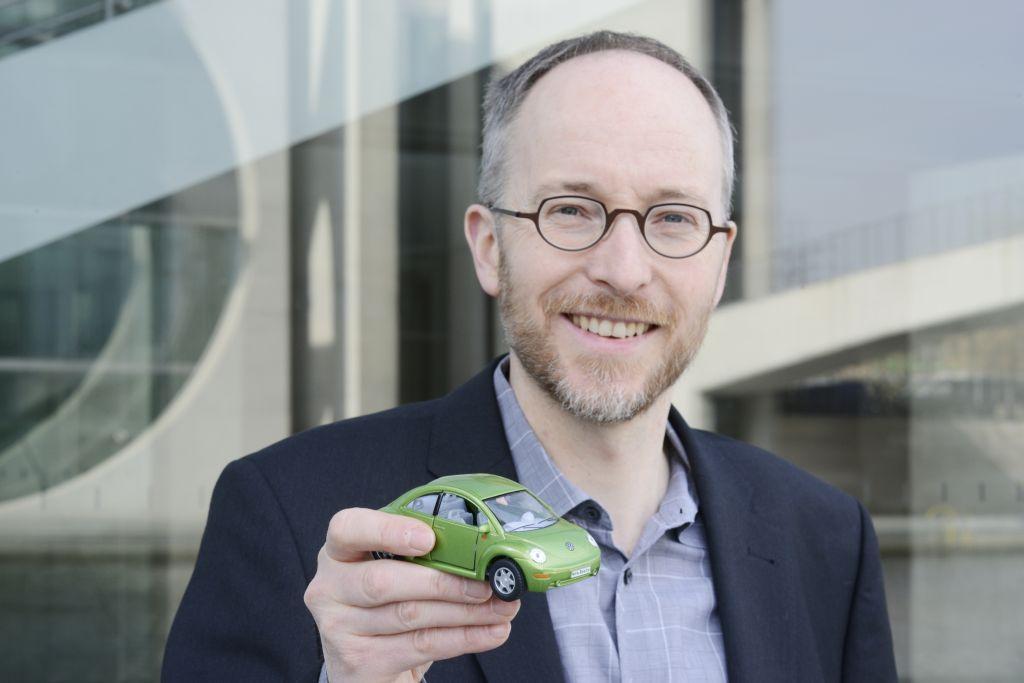 Matthias Gastel hält ein Spielzeugauto