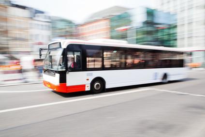 fahrender Bus in der Stadt