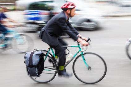Geschftsmann mit Fahrrad unterwegs