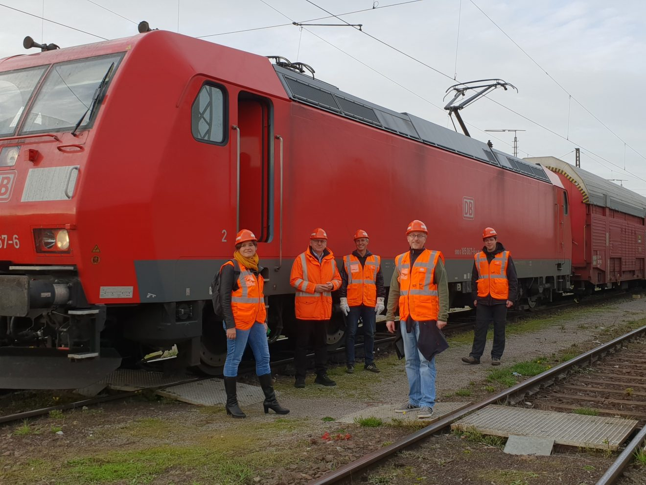 Foto Gruppe vor Güterzug
